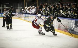 Daniel Magnusson stormar fram i mötet med Kovland när ÖIK vann med 7–1 och övertygade.