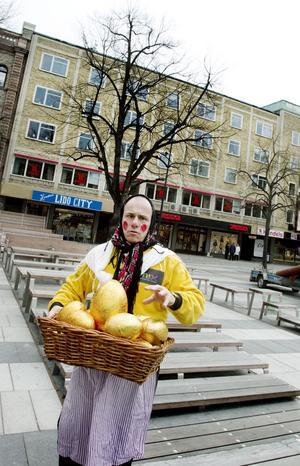Johan Dahl, ordförande i Marknadsföreningen i Gävleborg, har fyllt 13 ägg med priser till vinnarna i skattjakten.