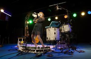 Snabbfotad multimusiker. Theresa Andersson var på gott spelhumör och visade både musikalisk bredd och stort improvisationsmod.   FOTO: RUNE JENSEN