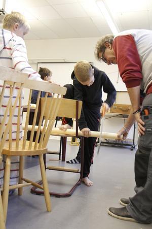 ... och Emil Brodin gjorde en ballongtuta av ett plaströr.