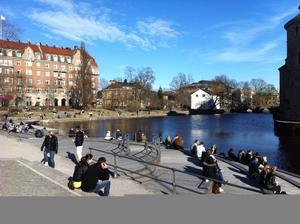 Det årsgamla trädäcket vid slottet har varit en populär plats för Örebros soldyrkare i dag.