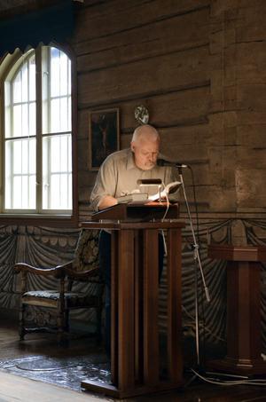 Ghlenn W Lindquisth håller andakt. Han avslutar med att läsa fader vår på två språk och sätter sig stund vid pianot.