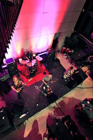 genuin underhållning. Beardfish besitter den sällsynta kvaliteten att de inte endast förmår imponera med minnesvärd musik, bandet står även för ett uppiggande visuellt intryck och genuin underhållning. Bilden är från Local Heroes-uppvärmningen på Konserthuset.
