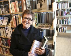 Marja Kuisma är en flitig besökare på biblioteket i Köping. Hon vill hålla sig à jour med hur språken förändras.