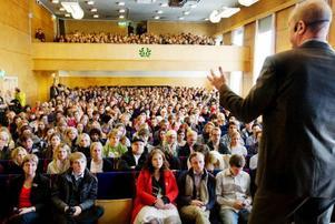 """""""Nu 2010 har vi ett bättre läge än 2009. Sveriges ekonomi är god. Vi behöver inte skära ned i skolan, vi behöver inte säga upp lärare eller höja skatten. Så mitt löfte till er är att fortsätta så"""", säger Fredrik Reinfeldt, (M)."""