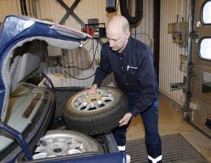 Från och med nästa vecka kommer bilprovningen att kontrollera att sommardäcken respektive vinterdäcken är med på färden. Skulle någon bilist missa det så blir det en tvåa i besiktningsprotokollet. Här kontrollerar bilprovningens chef, Tommy Persson, att däcken är med.
