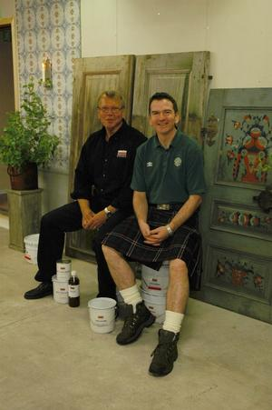 Kompanjoner i färg. Tillsammans säkrar Göran Gudmundsson och James McMenamin det svenska kulturarvet. Tillsammans har de startat Gysinge Färg i Hedemora. I fabriken ska de producera linolje- och slamfärg som tidigare tillverkades på licens i Finland. Färgen säljs i hela Norden och företaget är sedan två år också kunglig hovleverantör.