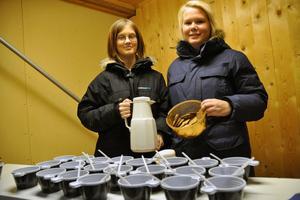 Sara Wedin och Sandra Landgren serverade glögg och pepparkakor till publiken.