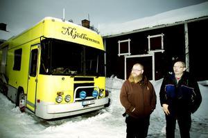 Honung förvandlas till mjöd inne i bryggeribilen som parkerar ute på gården. Bryggeritekniker Joel Karlsson på företaget Mjödhamnen kan brygga på plats med lokala råvaror med hjälp av en mobil enhet, en ombyggd hästtransport. Nu har den parkerat på biodlaren John Bergströms gård i Forsa.