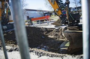Bakom sporthallen grävdes ett stort hål.