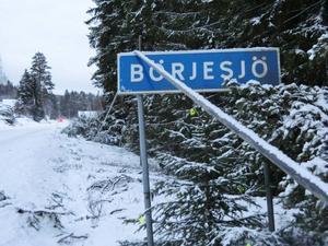 Börjesjö är en av många strömlösa byar i länet efter stormen och kabeln vilar symboliskt på skylten.