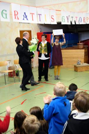 Annika Edetun och Stig Aronsson från Teknikföretagen lämnar över 50 000 kronor till Gyttorpsskolans rektor Ann-Kristin Andersson och lärare Ulrika Sultan.
