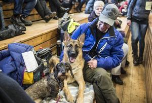 Väntan kan vara lång innan man ska in i ringen, då är det skönt med en kompis. Taxen Sönnarönas BÄ Facett med schäferhunden Månstrimmas Yanco och Hans Jonsson.