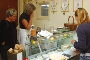 Astrid Lidén och Britt Ellnemyr besöker Agneta Larsson. De säljer hennes ostar i Stockholm men har aldrig tidigare besökt Strömmens gårdsmejeri.