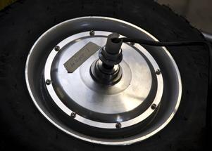Flera motorer. Drivning sker med så kallade hjulmotorer, en i varje bakhjul.
