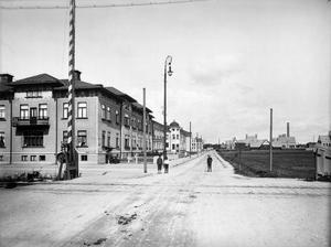 För 107 år sedan. Stadsliv 1903. Skolgatan, bild tagen från Grev Rosengatan. Epidemisjukhuset i bakgrundentill höger.BILD: AXEL BARR