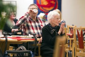 Billigare kaffe. Alla servicehus har räknat ner sina priser efter den nya sänkta restaurangmomsen, som trädde i kraft efter nyår. Rolf Bley och Ingegerd fikade i går på Oxbackens servicehus i Västerås.Foto: PER GROTH