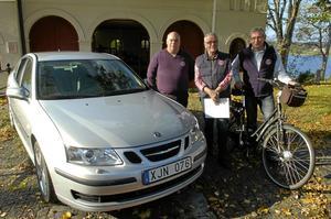 Auktion. Kjell Karlsson, Bengt-Göran Karlsson och Tommy Eriksson förbereder auktionen den 8 oktober då arvet som Lionsklubbarna i Lindesberg fått ska omsättas i pengar.