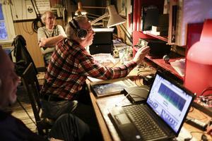 Rolf Larsson lyssnar på sin mottagare för att hitta avlägsna stationer.