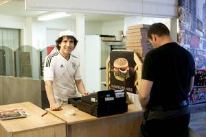 Nabaz Alan på Pizzeria Polo serverar lunch till André Jonsson. Nabaz har inga synpunkter på valresultatet förutom att det visar att demokratin fungerar.