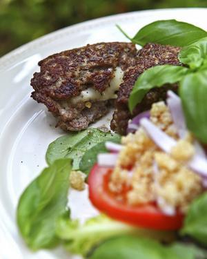 Ostfyllda färsbiffar med quinoasallad är ett exempel på lättare mat på tema köttfärs.   Foto: Dan Strandqvist