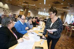Kommunalråd Elisabet Lassen (S) och Mikael Sjölund (S), ordförande i kultur-, utbildnings- och fritidsnämnden, vid fullmäktiges sammanträde i måndags.
