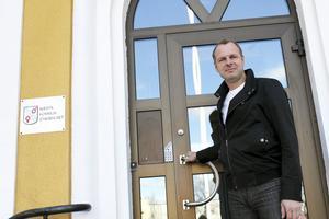Knackar på. Johan Thomasson, M, är nytt oppositionsråd i Avesta, fast han tillträder på heltid först i höst.