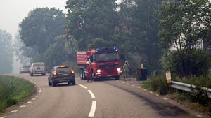 Örbäck vid 17.30-tiden på måndagen. Omkring fem kilometer bort skadades den 42-åriga mannen svårt i branden.