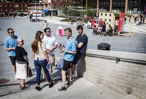 Moderaterna med Victor Ericsson och Joel Nordkvist i spetsen satsar på mobil lösning i stället för en fast valstuga.