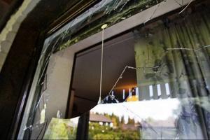 Marianne Persson, Brunflo, fick sitt sovrumsfönster förstörd under måndagen. Detta då en orrhöna plötsligt stördök rakt igenom fönstret och in i sovrummet.