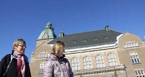 Ragnhild och Ulrika Gustafsson tittade på när barnen gled runt på isen.