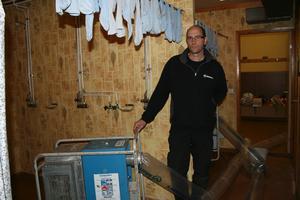 Vattenskadat. Strumporna hänger på tork över fläktarna. Thomas Persson tror att det tar tre-fyra månader innan Åsrinken kan användas igen.