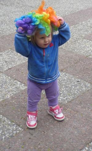 Saga Albinsson 1 år och 4 mån, provar clown-håret innan paraden.