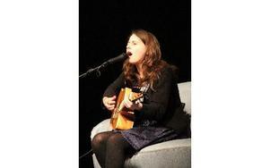 Kajsa Vogel är en singer-songwriter med idel engelska texter, som angav stämningen på Amandas Karlssons konsert. FOTO: KERSTIN ERIKSSON