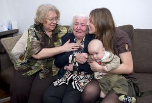 Protesterna hjälpte. Den hårt kritiserade utvisningen av demenssjuka Ganna Chyzevska, 91, stoppades i sista stund. Från vänster: Svetlana Otto, dotter till 91-åriga Ganna Chyzevska och barnbarnet Anna med Gannas barnbarnsbarn.