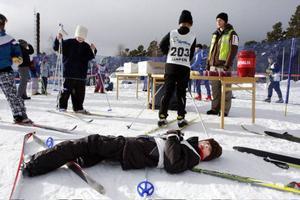 En skidåkare pustar ut efter ett hårt lopp.