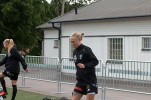 Emma Salmi får beröm av sin tränare, då hon är en av de spelare som har hoppat in och ändrat matchbilden.