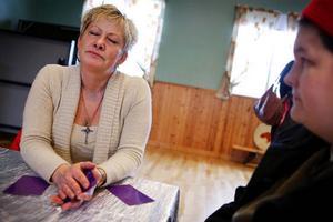Monica Seldahl försöker med tarotkortens hjälp se vilka möjligheter som finns för Jill Kettelstein. Foto:  Anna-Karin Pernevill