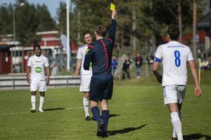 Pontus Olsson drar på sig sitt andra gula kort efter en handssituation.