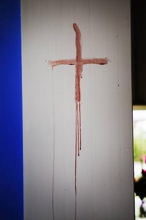 När kyrkan invigdes målade biskopen med fingrarna flera röda kors på väggarna. Att teckna så kallade konsekrationskors är en gammal ritual som under århundraden har använts vid kyrkoinvigningar.