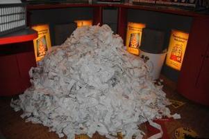 Modern kvittohantering? Bilden visar tre månaders samlade kvitton i en liten kiosk i Dalarna som. Kunderna har tackat nej till kvitto.