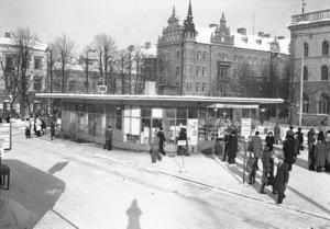 Busstationen vid Stortorget var en klassisk byggnad med väntsal, kiosk och i källaren toalett.