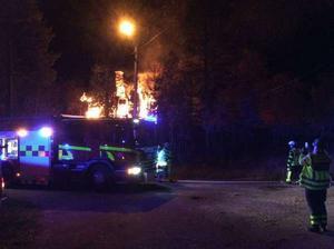 En kvinna blev svårt skadad i en villabrand i Gävunda, Mora kommun, den 10 oktober.