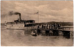 Den nybyggda s/s Blidösund hämtar upp passagerare i Stämmarsund 1910. Foto: Scanpix