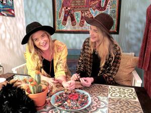Lisa och Julia Bläckt gör hållbart mode och öppnar Pop up-store för att få träffa kunderna.