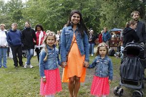 Romina Espinola med döttrarna Emilia och Eline var på besök i Roslagen från Oslo för att fira midsommar.