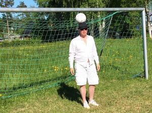 Skivbolagsdirektören och konstnären Per Sonerud är vän med bollen.