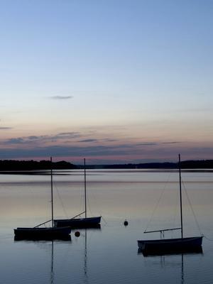 Bilden föreställer några små segelbåtar vid Borgåsunds badplats i Strömsholm. Bilden är tagen med stativ kl två på natten.