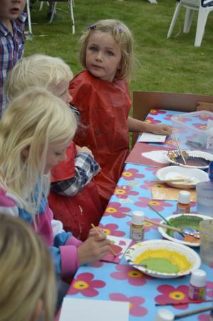 Unga konstnärer. Under festen kunde barnen måla fritt ute vid ett av borden
