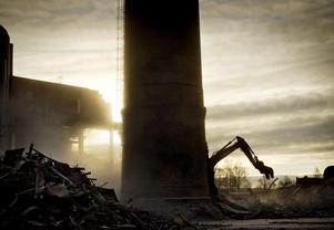 En epok försvinner. Nästan allt är borta på pappersbruksområdet. Kvar är bara några byggnader - och skorstenen. Den kommer att fällas senare i vår. Att riva ett helt industriområde tar tid. Varje material ska sorteras för sig, tegel, metall, trä, gipsskivor.